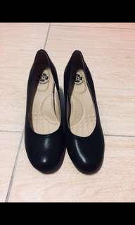 🚚 黑色素面高跟鞋