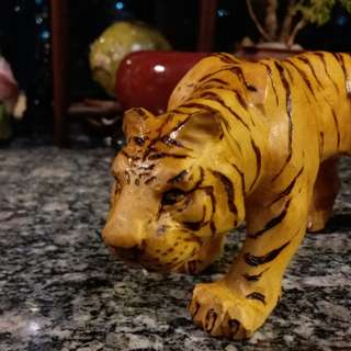 有隻老虎~栩栩如生~木雕刻