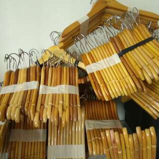 Gantungan baju hanger kayu polos natural