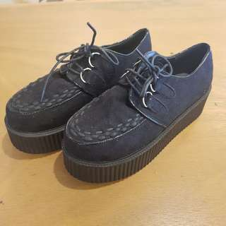 Iris black creepers