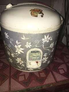 Magic com miyako. Masih bisa dipakai untuk memasak nasi. Minusnya udh ga bisa buat angetin nasinya lagi. Kondisi fisik masih bagus. Freongkir jabodetabek