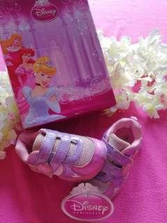 DISNEY FOOTWEAR size 6