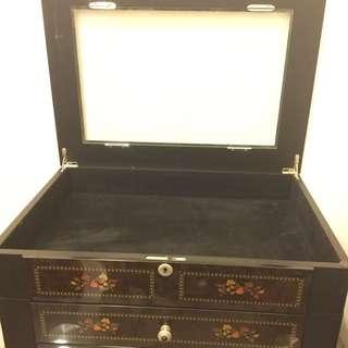 🚚 古典圖騰實木收藏櫃