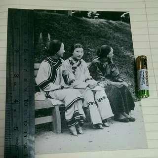 舊日的足跡香港映畫集 postcard 1890年 纏足 支2少女 及 其 孺 婦 攝於香港兵頭花園hk 50 元