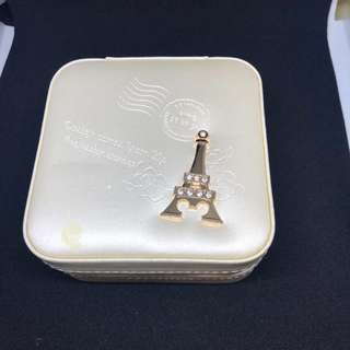 🚚 米白巴黎鐵塔飾品收納盒 耳環 項鍊 戒指 一盒包辦 飾品收納包 九成新 手掌大而已呦