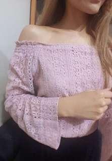 Pazzo氣質甜美粉紅色圖騰鏤空蕾絲一字領寬袖荷葉邊上衣