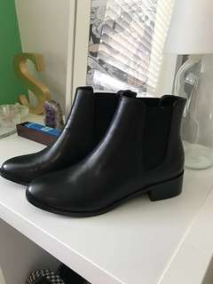 BRAND NEW CHELSEA BOOTS (SIZE 7)