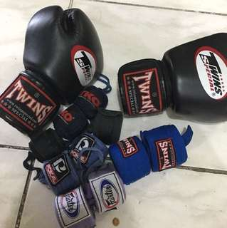 Twins boxing gloves with wraps