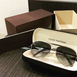 REPRICED 🤩 Excellent LV aviator sunnies with box, booklet and rec 2017