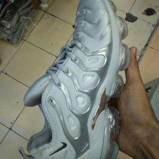 Sepatu Nike Air Vapormax plus white-Silver.