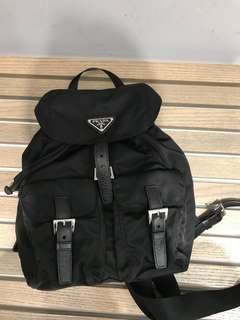 挪出空檔上包!prada黑色背包。此款尺寸已不出了,適合158-163公分的人