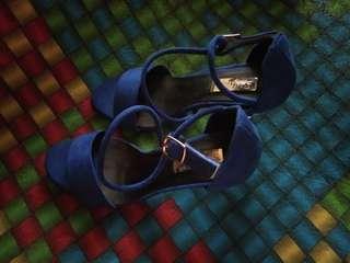 Blue heels bahan bludru, tali silang belum pernah pakai, waktu beli 700 ribu, di jual karna kegedean di owner uk 37 muat sampai 38 .p 12 cm aslinya bagus ya sista