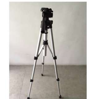 Canon EOS 500D DSLR with tripod and kit