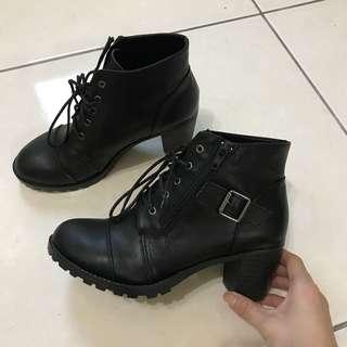 🚚 黑色綁帶低跟靴