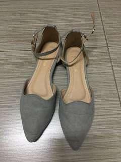 🚚 灰色包鞋