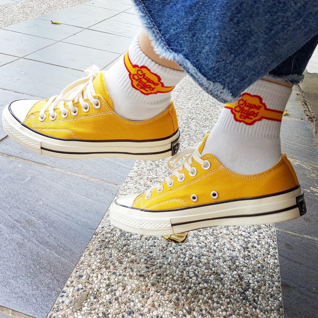CONVERSE CHUCK TAYLOR ALL STAR 1970 黃色芥黃低筒三星標, 她的時尚, 鞋子在旋轉拍賣