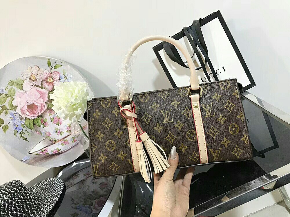 1a4d8598ff12 Louis Vuitton Neo Triangle