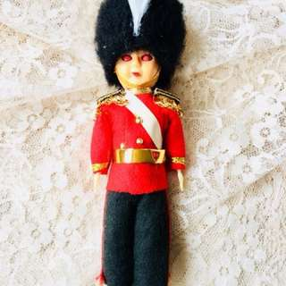 🚚 出國前最後一降 英國 站衛兵 眨眼小娃娃/ 小擺件