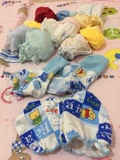 Sarung tangan dan kaki bayi. (Take all)