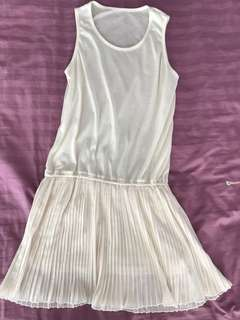 White lining pleated dress