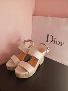達芙妮 厚底楔型涼鞋 白X銀配色