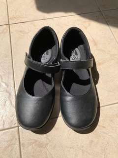 Girl Hush Puppies leather shoe (preloved) size 36.5