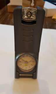 彎蕉形潮款全新電筒坐枱時鐘