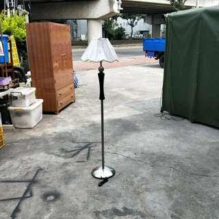 合運二手傢俱~鐵腳造型立燈B00240