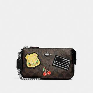 LARGE WRISTLET 19 IN SIGNATURE CANVAS WITH AMERICAN DREAMING PATCHES COACH F25853