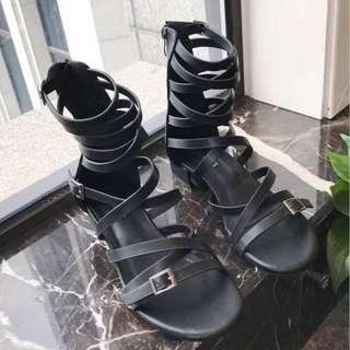 【現貨+預購】AT - 女鞋(1000):超釺皮+皮革*羅馬風~涼鞋/拖鞋/涼拖鞋(尺寸:35-39碼/高度:約4公分/前防水台:約1公分/重量:約0.8KG)_免運。