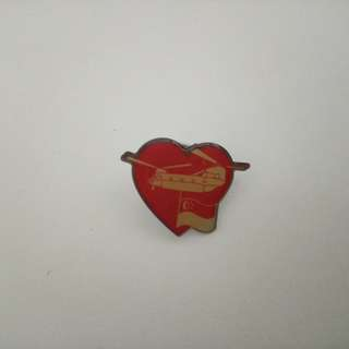 Collar pin: Heart shape with helicopter and flag of Singapore