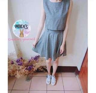格紋上衣+短裙
