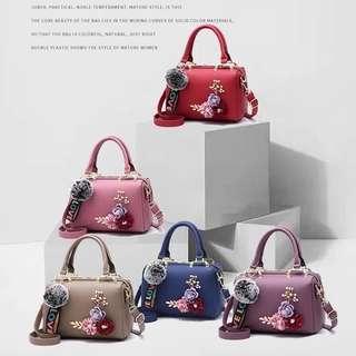 🌸Pengiriman Batam🌸 Fashion Doctor PomPom 👜  Harga: Rp. 205.000 bahan togo kualitas Semi Premium uk 24x12x17 Berat 0.6 kg Ready 8 wrna ( purple, pink, red, gray, khaki, green, black, blue )