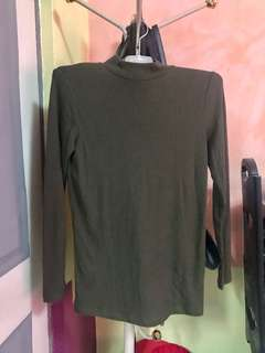 Uniqlo turtle neck like new can fit med to large frame