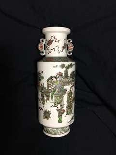 Qing Dynasty Famille Rose Vase 33cm high . 大清乾隆年製粉彩人物畫像瓶。