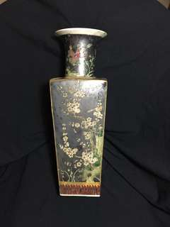 Qing dynasty authentic club stick shape Famille rose square vase 38 cm high.  大清康熙年製花彩花瓶到淸代民窑作品