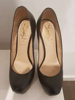 Yves Saint Laurent Black Pebbled Leather Pump. Size 35