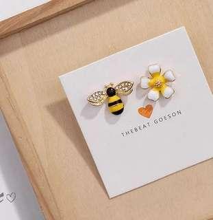 🌼 Asymmetrical crystal diamond wings bee and daisy flower dainty minimalistic stud earrings