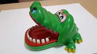 鱷魚咬手玩具