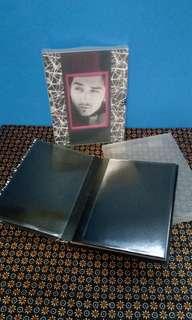 Album foto dengan frame foto di depannya