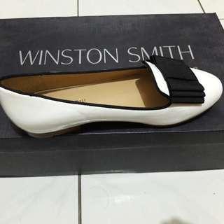 Sepatu putih mewah