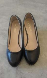 Closed Black Shoes with Heels