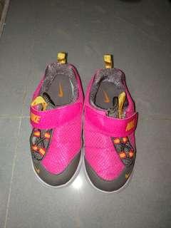 全新 Nike 童鞋,EUR 26 碼
