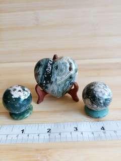 一手 海洋石oceanic jasper擺件: 兩個30mm圓球連石座,一個 50mm心形連陳列木 座