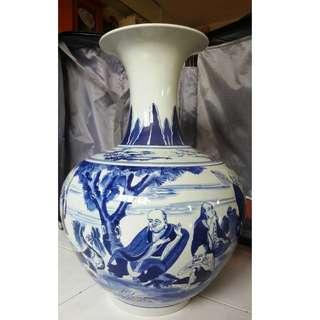 Old 18 Lohan hand-painted blue and white vase, characters expression vivid , Qing Qianlong mark.  旧手绘十八罗汉青花大花瓶,人物表情生动, 大清乾隆年制款。