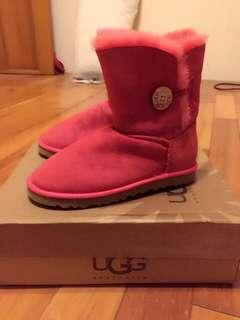 🚚 UGG 5803 Bailey Button 貝利鈕扣女士中筒雪靴-紅色