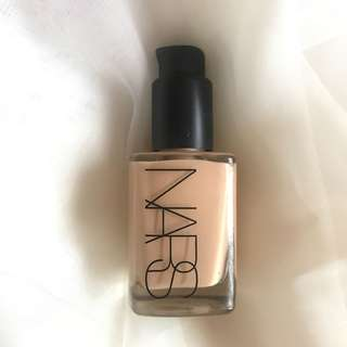 Nars Sheer Glow Foundation - Fiji