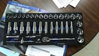 """🚚 航太~超跑級保修用手工具~美國名牌Blue-Point (BPS11A)3/8""""快拆雙向棘輪扳手36件組  *您現用的手工具~套筒會滑牙.鬆動嗎?起子頭對不準.甚至崩牙嗎?* *世界專利~套筒內支撐點設計,釩鋼材質起子頭* Blue-Point(snap-on實耐寶集團) 品質好~好用的工具一套抵十套,好用的工具使您的工作事半功倍. Blue-Point (BPS11A)3/8""""快拆雙向棘輪扳手36件組"""