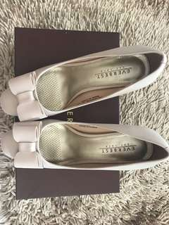 never been use everbest beige shoes