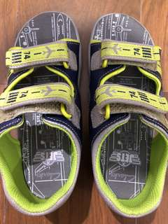 Sepatu sandal merk Clarks